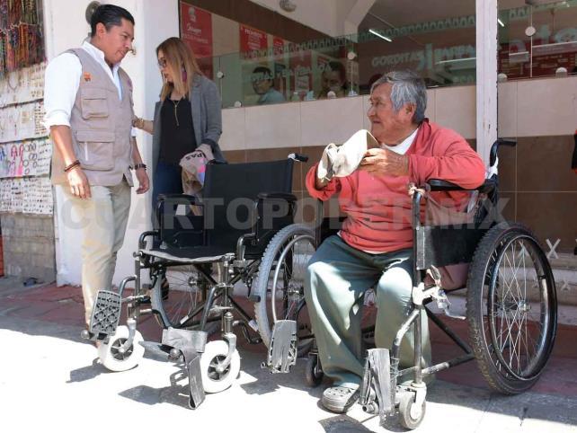 Don Rafael recibió su silla de ruedas
